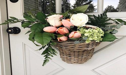 door surprise de hang a fleurs
