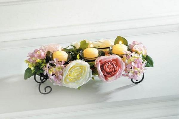 Fleurs et bougies en tant que centre de table