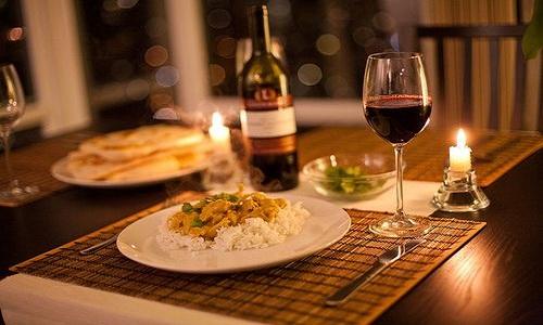 Diner romantique avec du vin