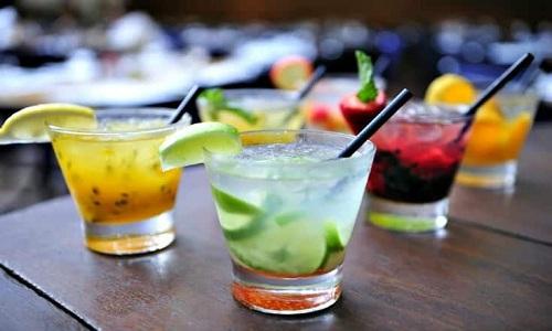 Servir des cocktails