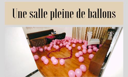Une salle pleine de ballons